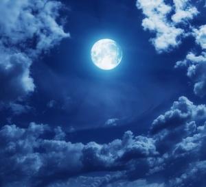 menjemput-malam-lailatul-qadar-bulan-dan-awan-biru-www.riyadhohayatkursi.wordpress.com